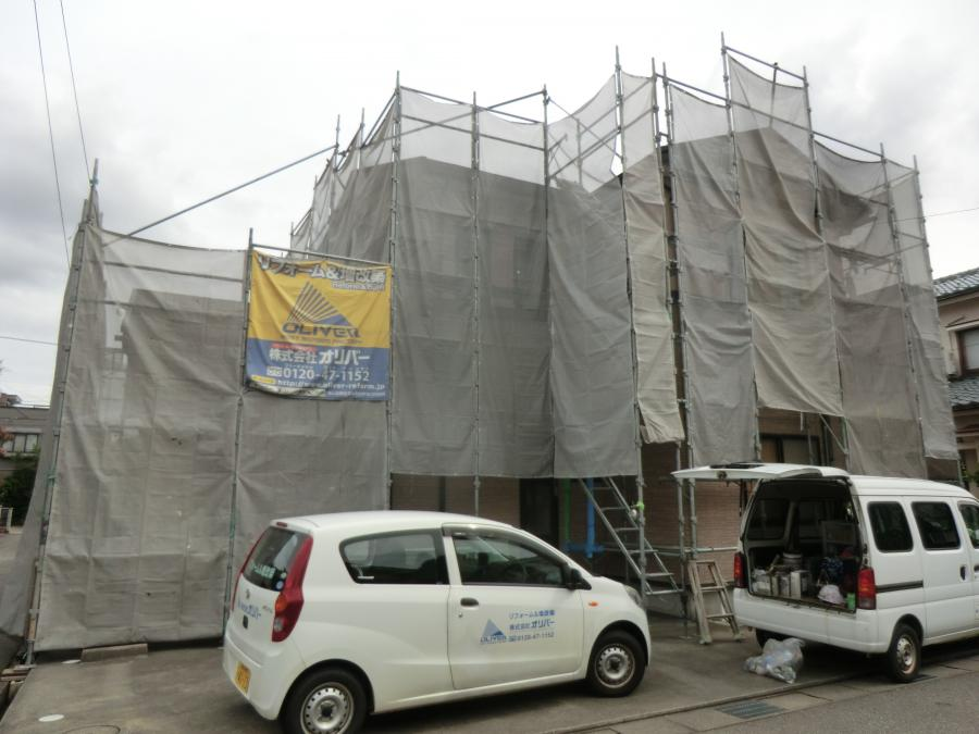 富山市内で外壁工事中