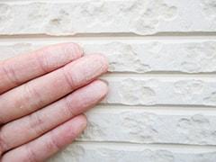 外壁を触ると白い粉がつく