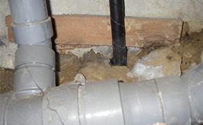 長年の雨漏りは下地まで腐らせます!