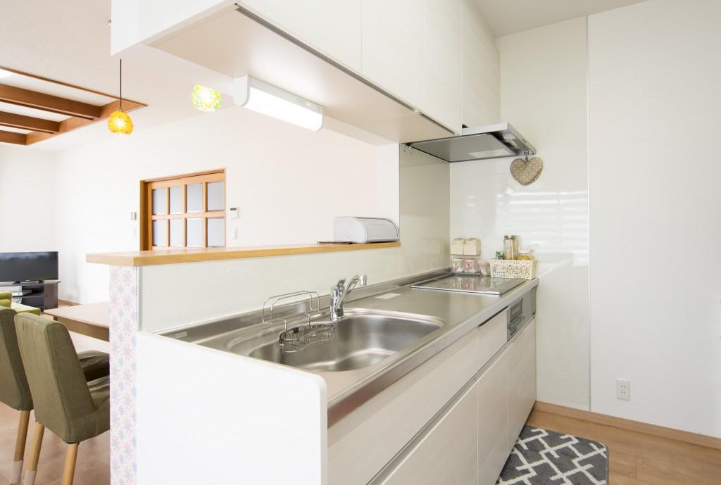 【仕様】キッチン…LIXIL アレスタ 壁付けI型 W2400 色:クリエホワイト 使い勝手のよさと美しさ、どちらもかなえるために生まれたアレスタのキッチン。使いやすさは勿論、お手入れのしやすさや環境にも配慮しています。