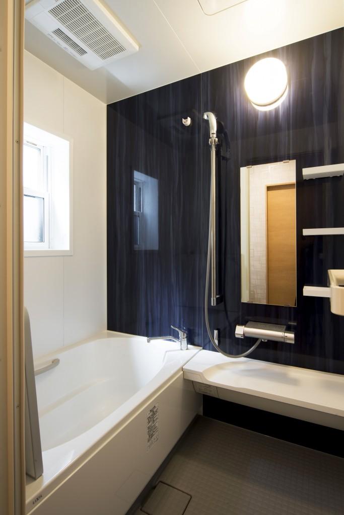 """【仕様】浴室…LIXIL アライズ Zタイプ 1216サイズ パールのようなつややかで、汚れもつきにくい人造大理石浴槽が浴槽を美しく彩ります。浴槽排水を利用して排水口内に""""うず""""を発生させて、排水口を洗浄しながらヘアキャッチャー内でゴミをまとめる「くるりんポイ排水口」など、手軽に掃除ができる工夫も盛り込まれています。"""