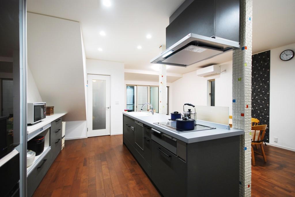 【仕様】キッチン…LIXIL アレスタ センターキッチンアイランドI型 2620 扉カラー:グレーストーン/天板:サンドグレー アイランドキッチンをメインに一体感のあるリビングダイニングをつくることで、家族の団らんの場が生まれます。