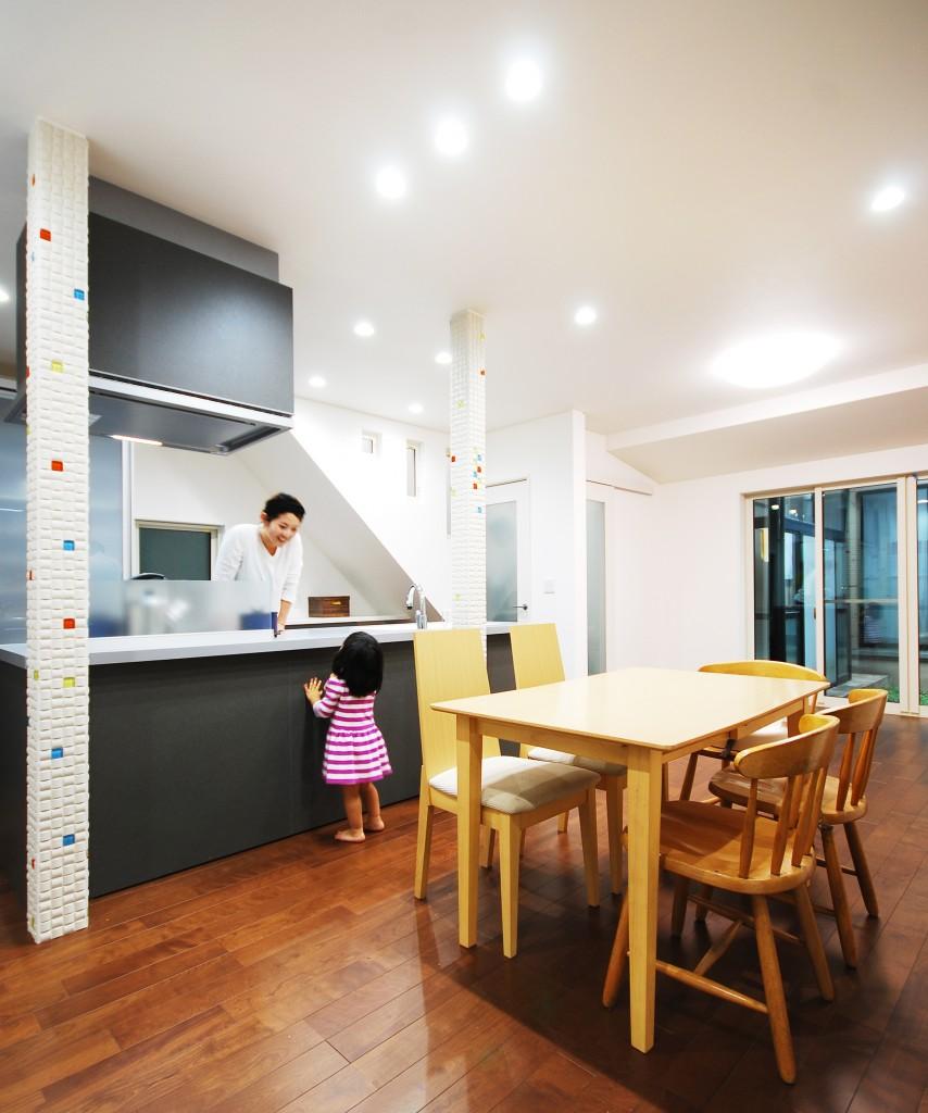 【仕様】床材…Panasonic ジョイハードフロア ナチュラルウッドタイプ 色:ウォールナット KESWV3SIXTY/サッシ…LIXIL シンフォニー 光の入る中庭を上手く活用し、大きな掃き出し窓を設けることで光が行き届く明るいLDK空間へと施工しました。光を反射させるよう真っ白な壁紙を使うことでより明るく広々と感じられますね。