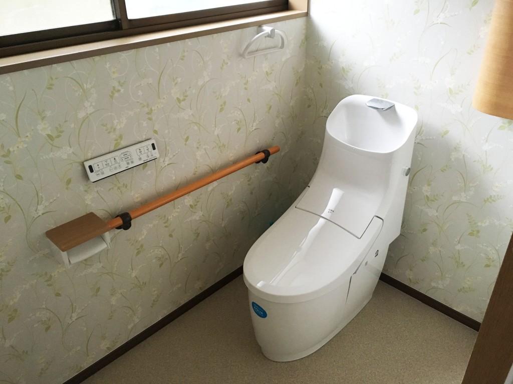 【仕様】トイレ…LIXIL プレアス HSシリーズ 色:ホワイト 手洗いのしやすさにこだわったプレアスのHSシリーズ。便器はフチレス形状でフチを丸ごとなくし、サッとひと拭き、お掃除ラクラクです。
