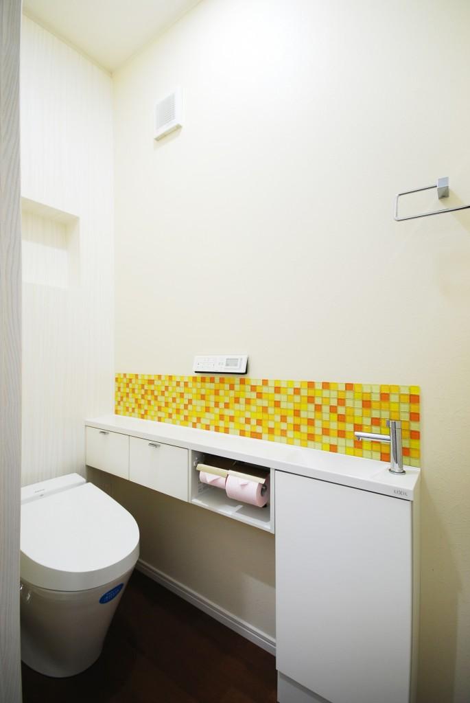 【仕様】トイレ…LIXIL サティスS 色:ピュアホワイト さみしくなりがちなトイレの壁にはタイルを貼り彩りを添えました。背面の壁にはニッチ棚を造り、お好きな小物を置いてインテリアをお楽しみいただけます。