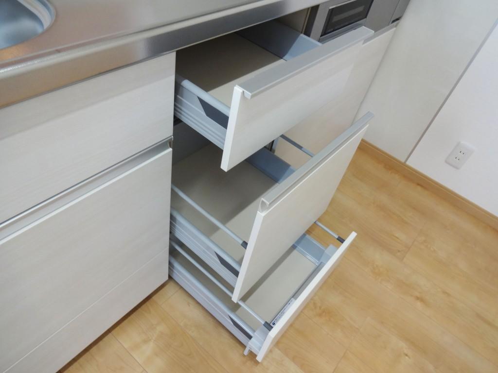 キッチンの引き出しをポンっと軽く押すだけでやさしく静かに閉まるサイレントレール機能付き。静かでなめらかに開閉でき、耐荷重に優れています。