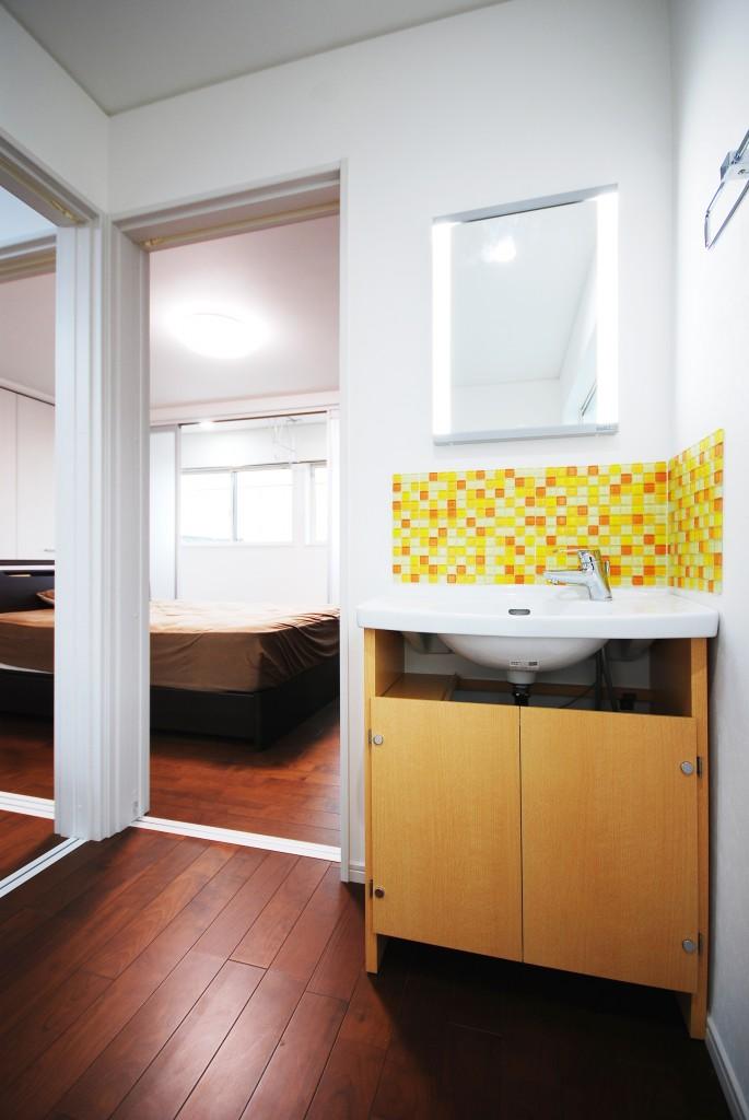 【仕様】洗面化粧台…TOTO ご夫婦の寝室のすぐそばに設置した洗面化粧台。トイレとタイルの柄を合わせて統一感を持たせました。カラフルなタイルが洗面台をグッと明るい印象にしてくれています。
