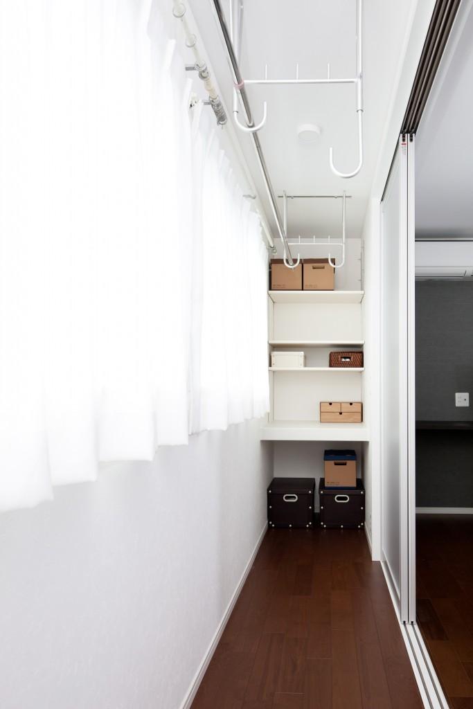 ご夫婦の寝室の隣に設けられたサンルーム。奥にある収納棚は奥行きのある造りにすることで、洗濯物の仮置きにも活躍します。