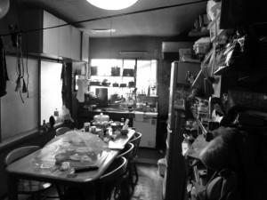 ダイニングキッチン施工前 長屋のため光が差し込まず暗いキッチン。壁付けキッチンのためお子様を見ながら家事をすることができませんでした。