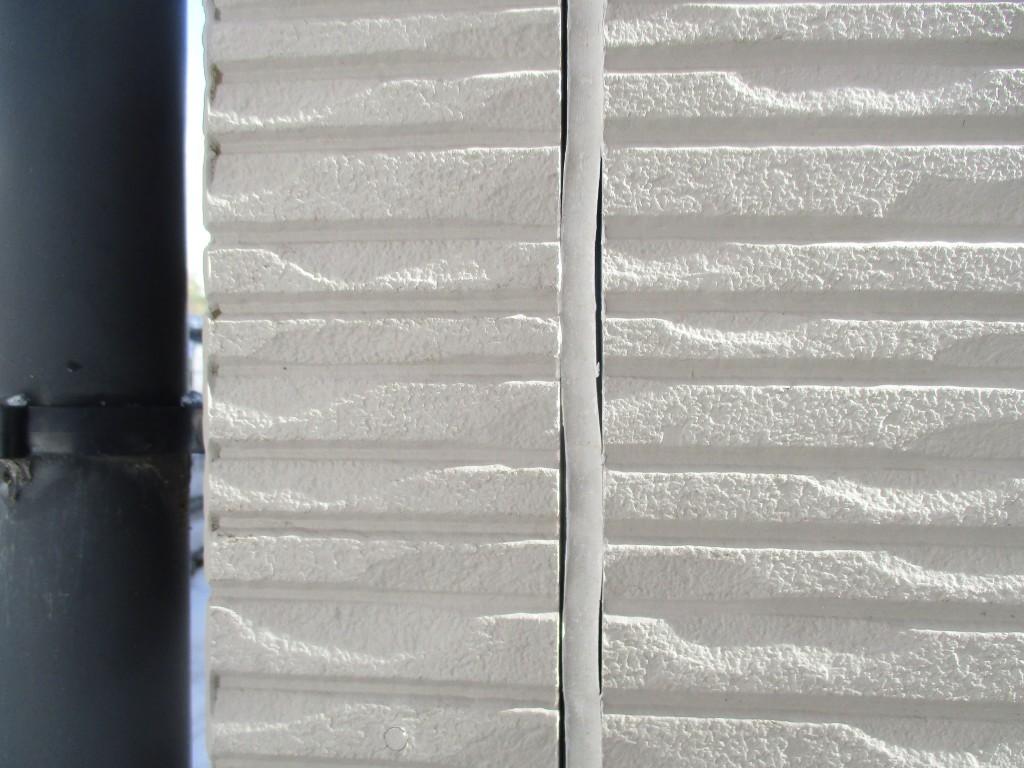 外壁塗装の目安になる症状のひとつが、シーリングの劣化です。 シーリングはコーキングとも言われ、建物にある隙間を埋めるゴム状のものです。このシーリングが劣化し、ひび割れてやせ細ってしまうと、その部分から雨水が浸入し、建物内部を傷めてしまうことになります