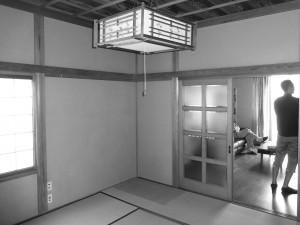 二階和室施工前です。 こちらの和室と隣の洋室を繋げて広々としたLDK空間へと施工していきます。