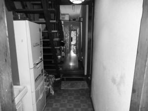 廊下施工前 段差のある廊下。解消しフラットにするのは難しかったので段差の手前にトイレを移設して煩わしさを解消していきます。そうすることでご両親の部屋からトイレまでの道のりはフラットになりました。