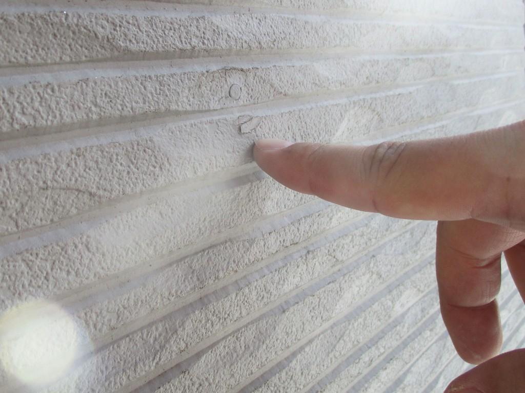 塗膜の密着不良に起因しますが、表面上は連続塗膜になっているため、小さな浮きだと外観では分かりにくい場合があります。浮いた塗膜では、空気の移動や雨水の浸入により、塗膜自体の保護機能は著しく劣ってきます。