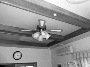 二階の洋室施工前です。 こちらのシーリングファンライトはそのまま使います。内装イメージが変わると部屋全体の雰囲気がガラリと変わりますので楽しみですね。