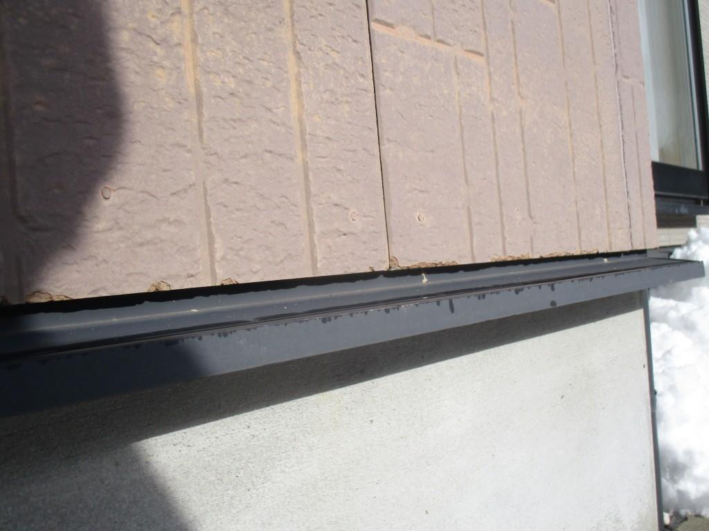 塗膜が付着力を失ったため、素地から離れてしまっています。 また、ひび割れからの雨水の浸入は、塗膜のハガレを引き起こします。モルタルの内部の水分が内側から塗膜を押し上げる結果です。塗膜のハガレは、ひび割れよりも広範囲の雨水の浸入を招きます。素地であるセメントモルタルは、中性化して強度が低下しています。