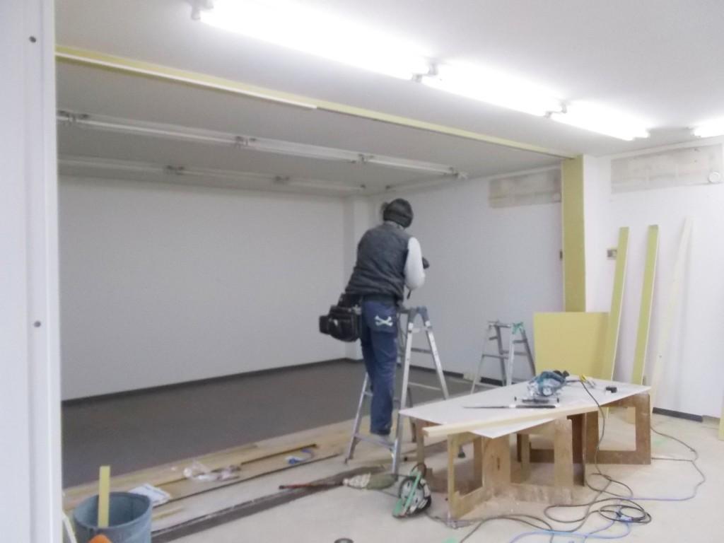 2部屋を1部屋に繋げ、広々とした空間へと施工していきます。