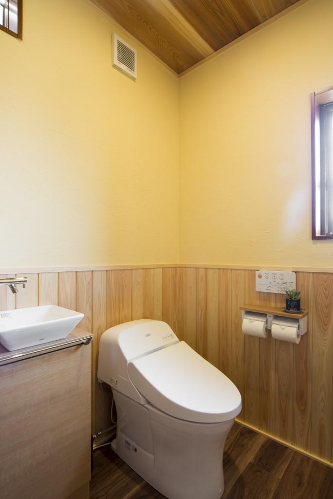 【仕様】トイレ…TOTO GG 色:パステルアイボリー 腰板、天井板を張り木の温かみ溢れるナチュラルなトイレ空間に。こちらの壁にも西洋漆喰が塗ってあります。脱臭効果があり、毎日快適にお使いいただけますね。