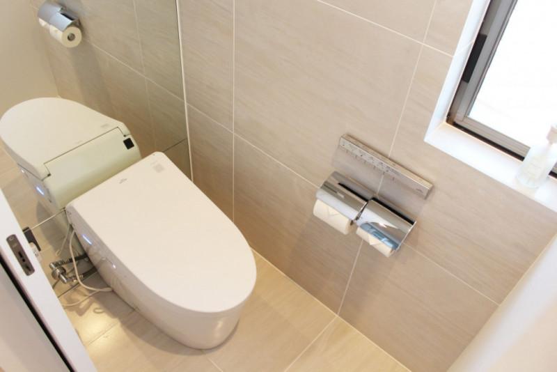 【仕様】トイレ…TOTO ネオレストDH1 大洗浄3.8Lの超節水型タンクレストイレ。トイレの背面を鏡張りにすることでより広々と感じられるレストルームになりました。
