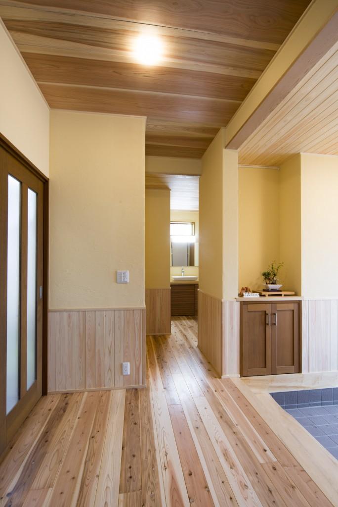 玄関から廊下にかけて腰板、天井板を張り、西洋漆喰を壁に塗り落ち着いた仕上がりになりました。西洋漆喰の表面のザラザラとした質感は、風合いがあってとても素敵です。