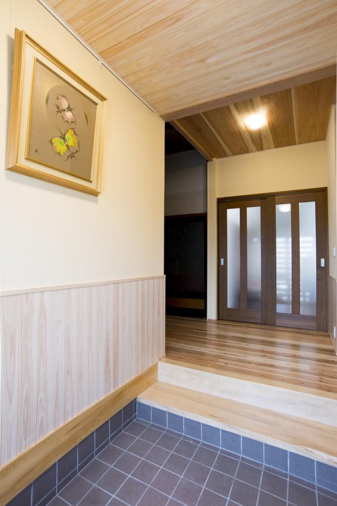 玄関はお客様を最初にお出迎えするいわば「おうちの顔」です。明るい色合いの木材を使い、温かみのある玄関へと施工しました。以前はとても広い玄関でしたが、縮小することでお掃除の手間も少なくなり使い勝手がよくなりました。