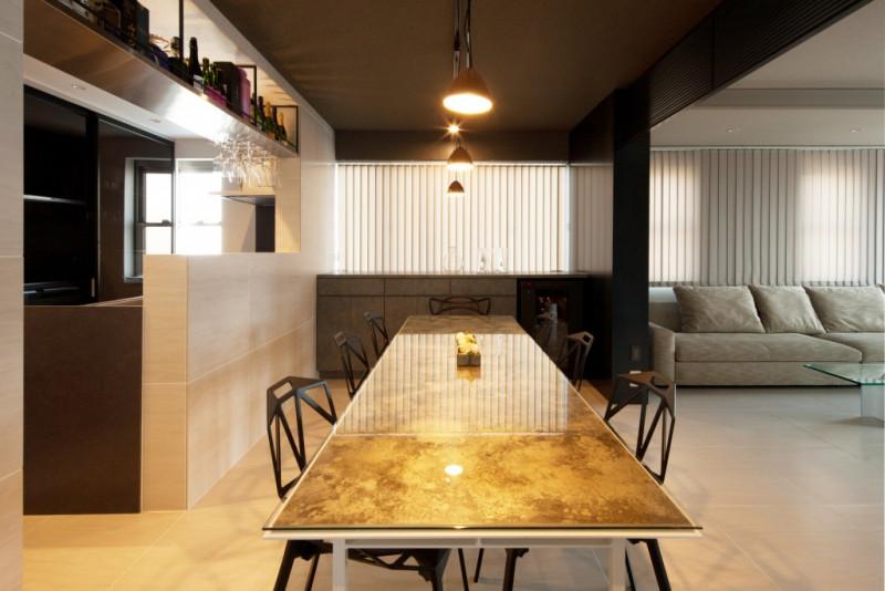 高岡のモメンタムファクトリー・Orii(オリィ)によるダイニングテーブル。真鍮や銅が持つ腐食性を利用した着色技術によって、鮮やかな色合いを放っています。