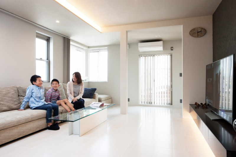 白を基調としたリビングは、天井の下部とテレビボードの下部に間接照明を設けることで、ナチュラルで温かみのある雰囲気を演出しています。
