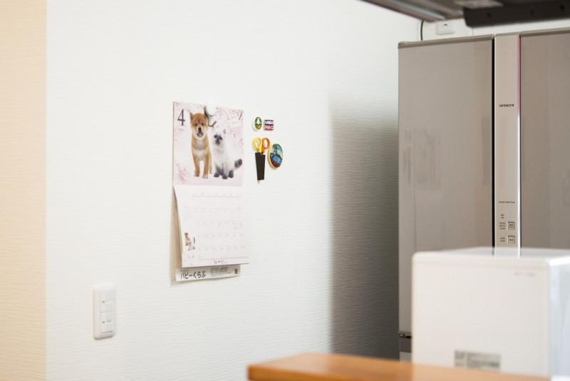 キッチンの一角にはマグボードを貼り、カレンダーやお知らせを貼ったりと自由に遊べるスペースにしました。家族の連絡の場としても活躍しますね。