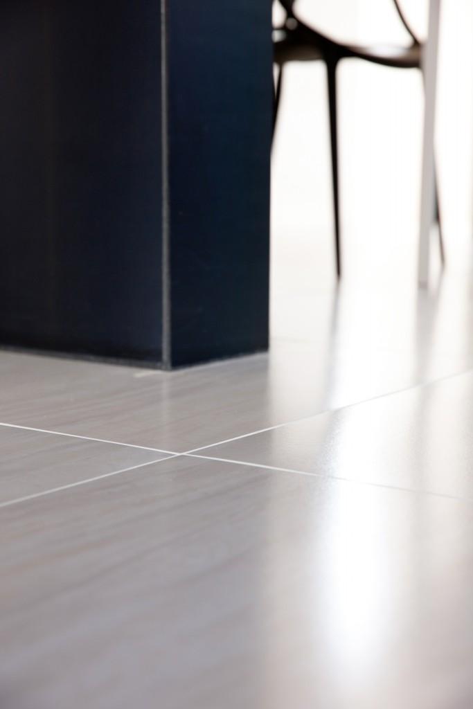 黒皮鉄の柱と白いタイルの床との美しいコントラストもO様邸ならでは。シャープな中に華やぎが感じられます。