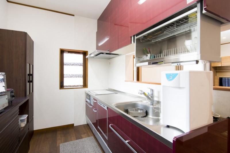 【仕様】キッチン…クリナップ クリンレディ I型2550 色:メリノバーガンディー 吊り戸棚収納がボタンひとつで自動昇降。スイッチを軽く押すだけで、手の届く高さに降り てきます。 収納庫は清潔で丈夫なステンレス製。品質にもこだわった、キッチンがより便利になる機能です。こちらのキッチンは見えない部分まで上質ステンレスになっていますのでお手入れもサッと拭くだけでとっても簡単です。