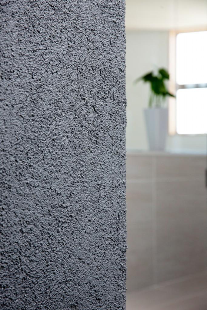 リビングの壁は、モルタル吹き付け。味わい深い表情がラグジュアリーな空間にマッチしています。