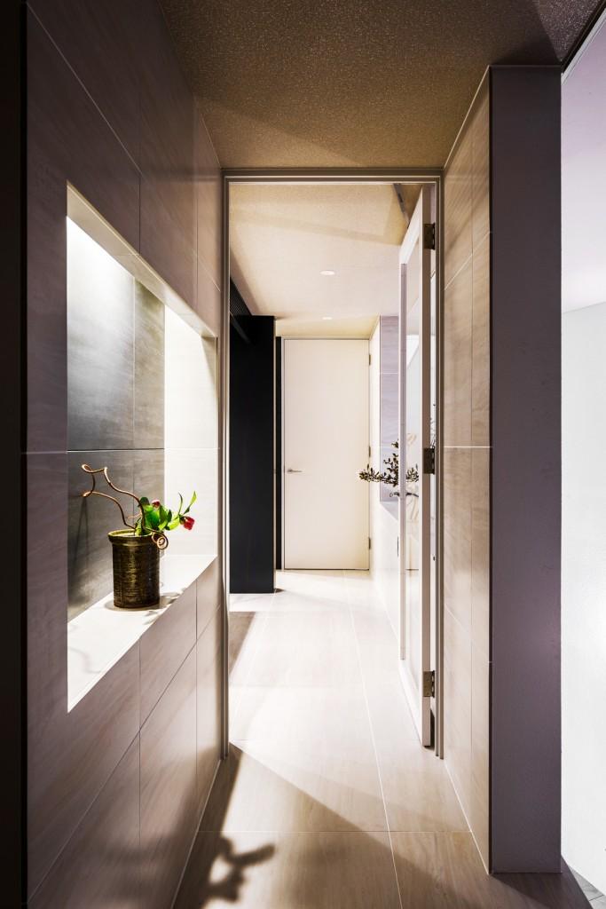 飾り棚にも間接照明を使い、人の視線が集まる空間をプランニング。柔らかな光で照らすことで、落ち着いたアクセントになります。