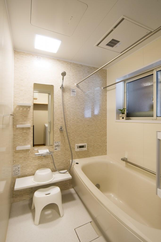 【仕様】UB…TOTO サザナ 1坪 アクセント:ブリックナチュラル+周辺パネルブリエベージュ/浴槽:ベージュ 浴室換気乾燥暖房機を取り付けて温かな浴室へ。ヒートショック対策にも効果的です。また、ランドリーパイプは洗濯物干しはもちろんのこと、お掃除に使うスポンジやマット、お孫さんのおもちゃを干しておくのにも使えてとても便利です。