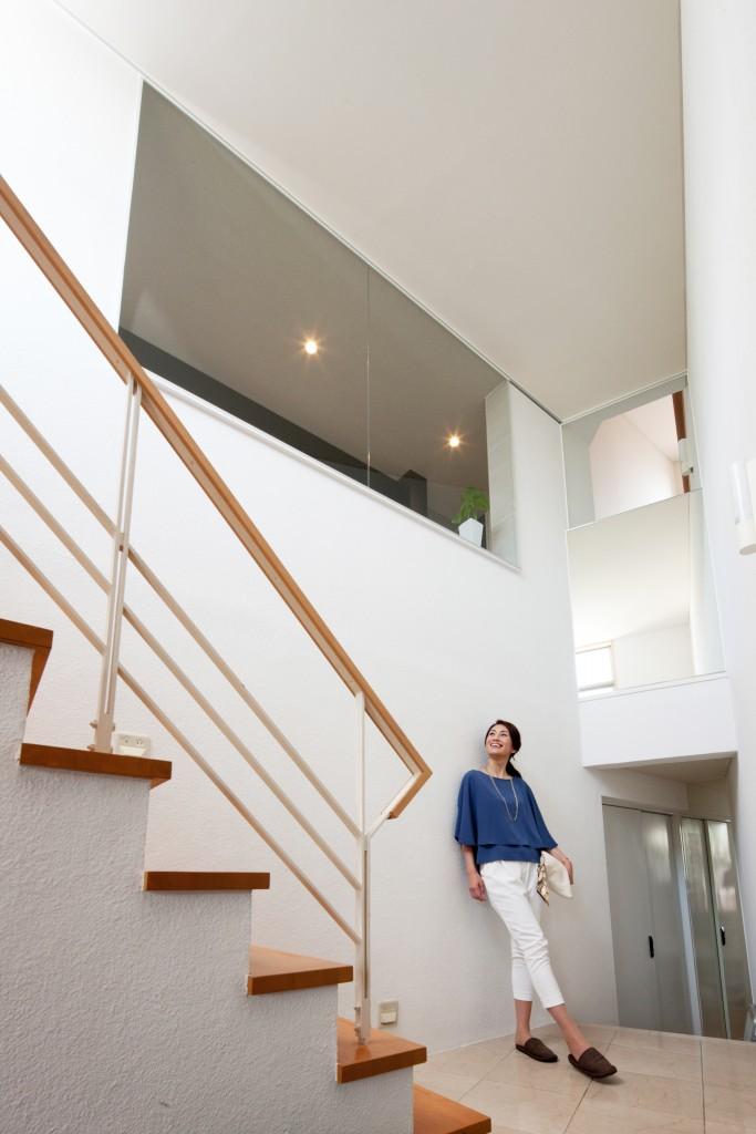 LDKにつながる階段。壁面に大きなガラスを用いることで、空間に明るさや開放感を創出しています。