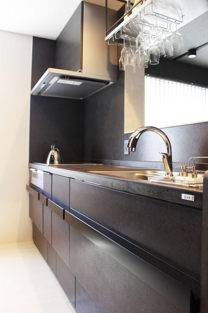 【仕様】キッチン…LIXIL リシェルSi I型 2550 扉:グレーズグレー リシェルSIを象徴するセラミックトップは、高温に晒されても変形や変色が起こりにくい丈夫な素材。キズや汚れも付きにくく、焼きものならではの美しさがずっとつづきます。インテリアとしての美しさを備えながら優れた使いやすさが特徴です。