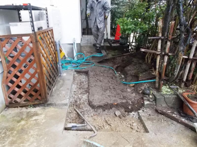 お手製のスロープを撤去させていただき、水栓柱を移設しました。コンクリートのスロープ新設し車椅子でも通りやすいよう施工いたします。