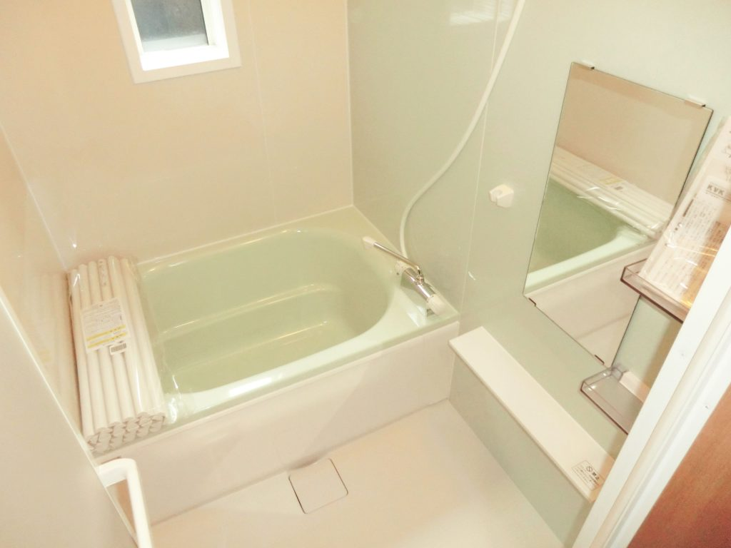 【仕様】お風呂…ハウステック フェリテ スタイルF 1216 正面:ウェーブミント/3面:ウェーブベージュ/床:ミディアムグレー/浴槽:フォレストグリーン フェリテの温クリンフロアは足裏から奪われる熱が少ないので、ヒヤリ感が軽減。 冷たさを感じにくいフロアです。