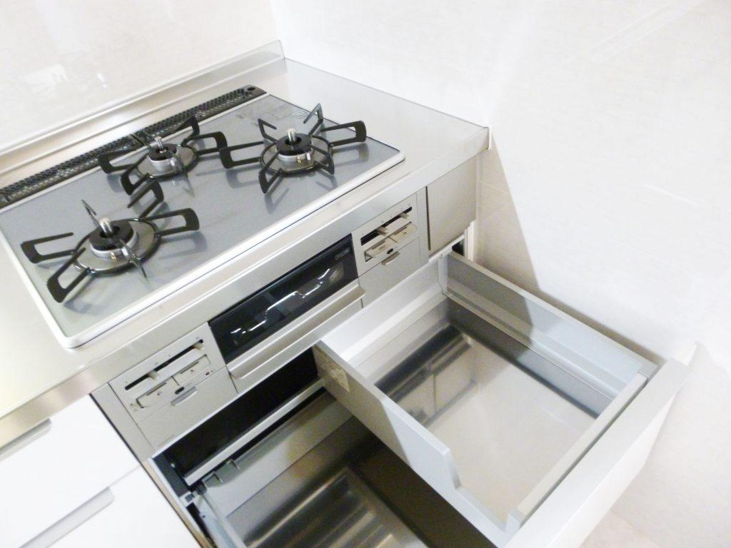 コンロキャビネットに、調理器具を効率よくしまえるステップボックスを標準装備。片側に設置した内引き出しで、フライパンもお鍋も使いたいときにすぐ取り出せる収納になりました。重ねたお鍋の取り出しづらさを解消し、料理中のストレスを軽くします。