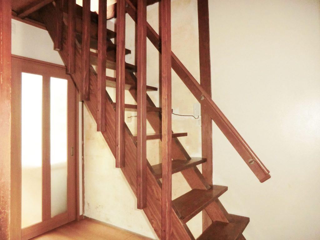 階段には手すりと落下防止の柱を取り付け安全性を確保しました。上り下りが怖くなくなったと大変お喜びいただきました。ありがとうございます。