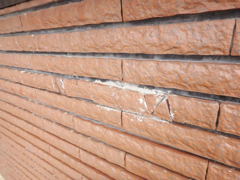 タイルが割れてしまっています。割れた箇所から雨水が侵入し建物自体を痛めてしまうので早めの補修が必要です。