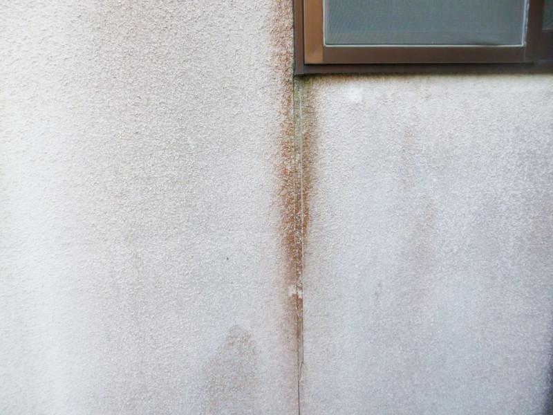 シーリング材は、建造物の気密性・水密性を保つために非常に重要な役割を果たすものなので、改修工事の際は増し打ちなどシーリング材の補填を行うことが好ましいです。こちらも放っておくと内部へ水が入り、建物構造材の腐食原因になりますので早めの補修をおすすめします。