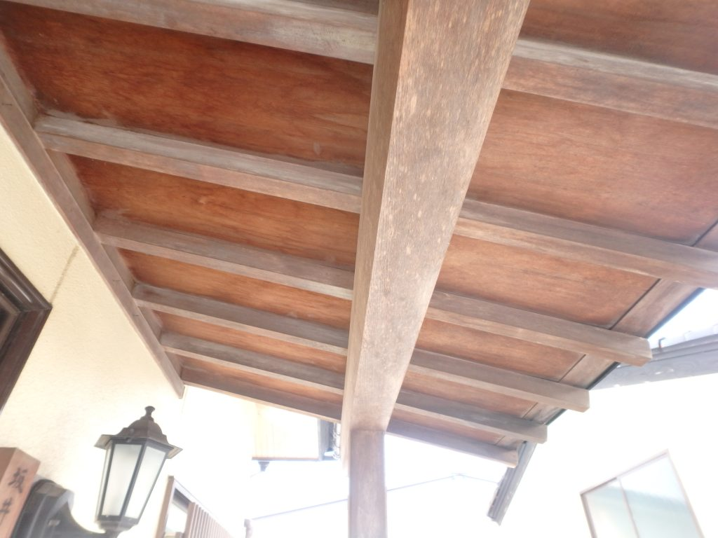 木の性質は、水分を吸ったり出したりしながら収縮します。そのため、外壁や屋根より木部は劣化が早く傷んでしまうのです。防水効果が切れると、雨水によって腐食し、雨漏りを起こすと建物内部を傷めてしまうことになります。